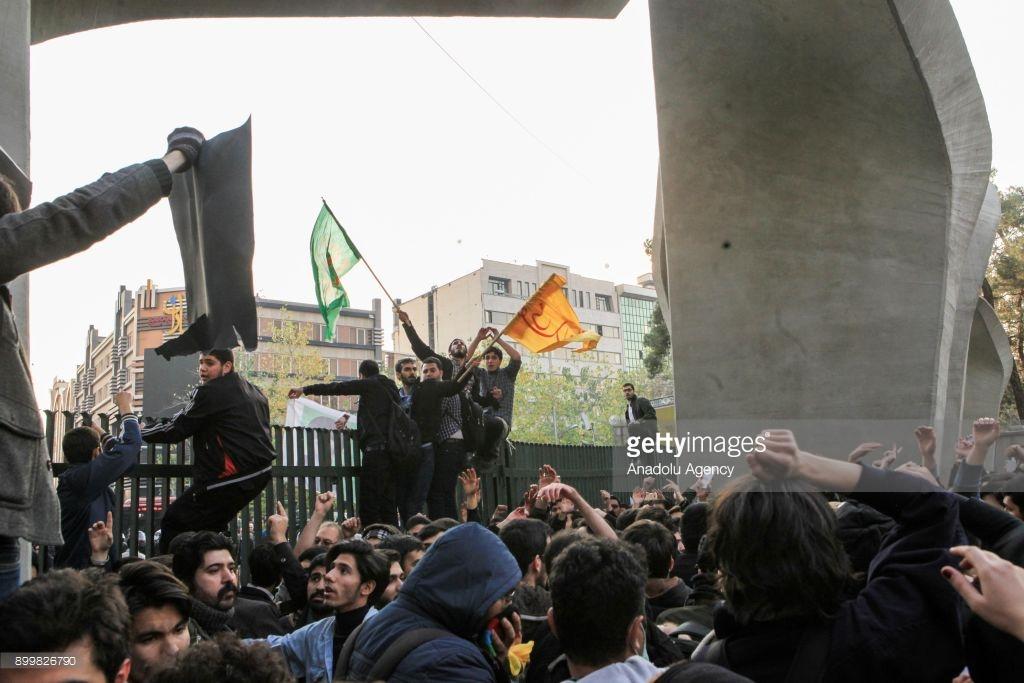 Что сейчас происходит в Иране (фото). Иране, протесты, стране, Ирана, иранские, сейчас, революция, после, человек, протестов, девушки, жизнь, декабря, страны, улицы, интернете, произошла, города, власти, выходят