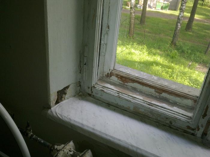 Письменный стол у окна вской комнате - примеры (24)