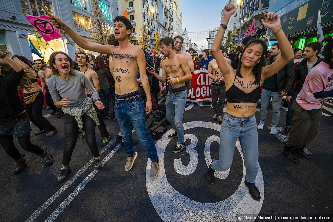 Грета Тунберг, российский триколор и протесты в Мадриде.