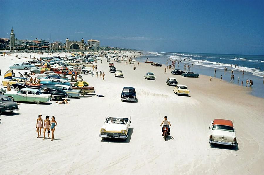 Фото пляжа. По мнению Мировича так проводило время более половины американского населения. Чем занималась в это время вторая половина - не понятно.