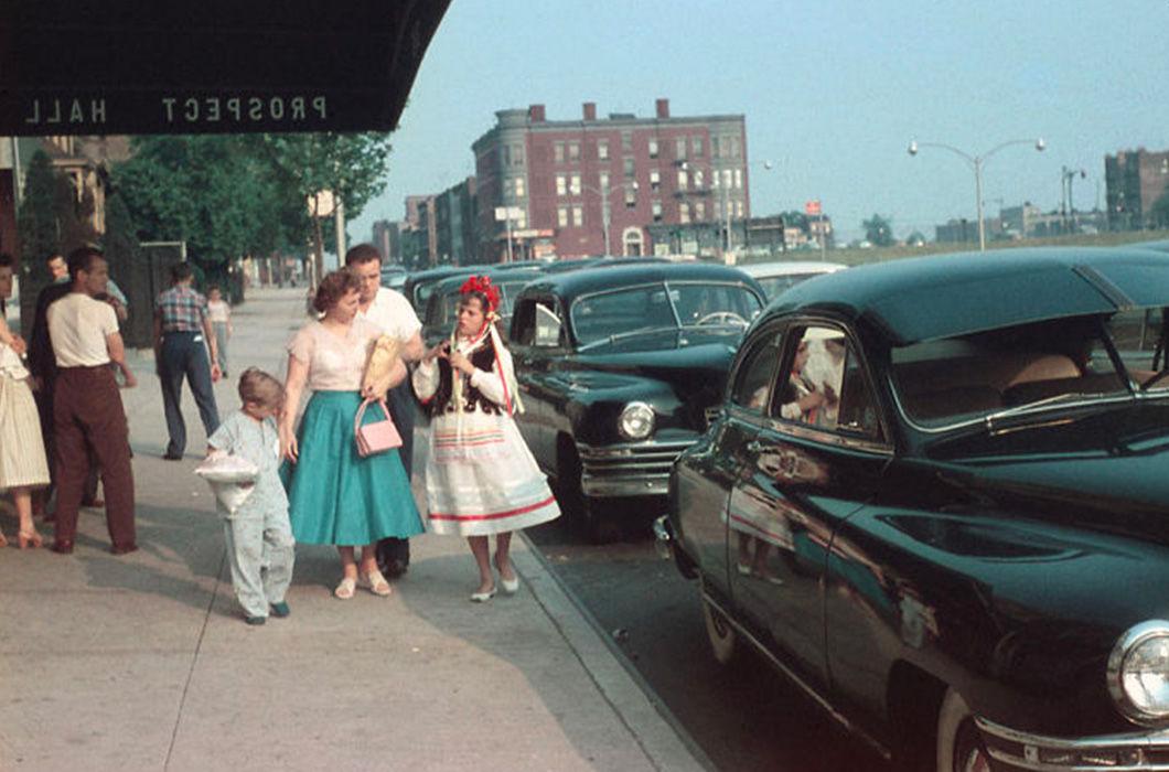 """Бруклин, 1956 год, По мнению Мировича, обычная семья приехала за покупками. Да, в США так обычные семьи и ходили: с веками на голове, ленточками. Люди на них оглядывались, а обычные семьи кричали: """"Слава Украине!"""""""