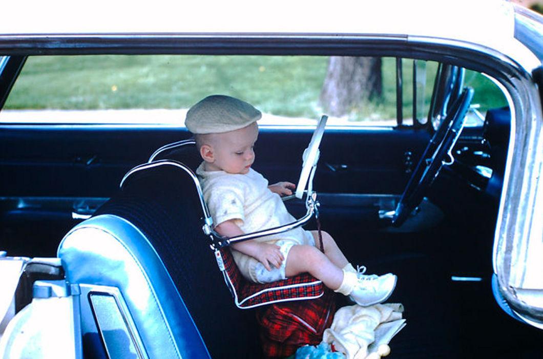 Это детское кресло 50-х. Первые детские кресла появились ещё в 1935 году. Подробнее об истории автокресел можно почитать тут: https://avtodeti.ru/info/istoriya_avtokresel/