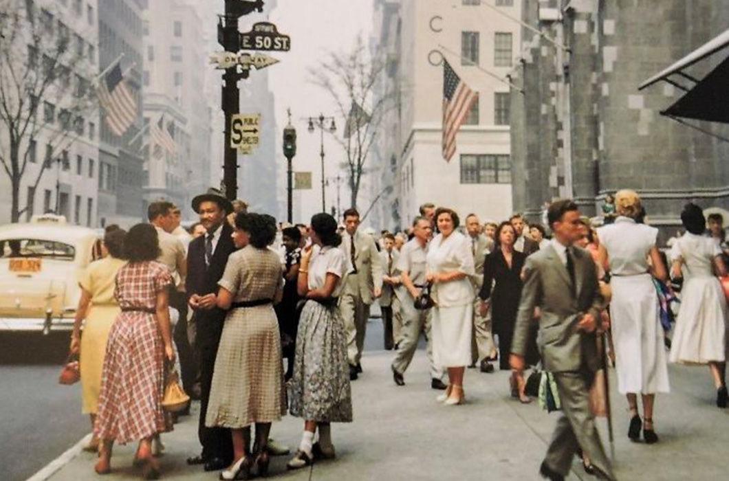 """Пятая авеню в центре Манхэттена в Нью-Йорке, середина пятидесятых. Тоже обратите внимание на то, как на снимке выглядят и одеты люди. В СССР тех же лет женщины в районе пятидесяти лет очень быстро превращались в согнутых бабушек в платочках на головах.  Посмотреть как выглядели советские """"старухи в платочках"""" можно тут: https://gusev-a-v.livejournal.com/1066075.html"""