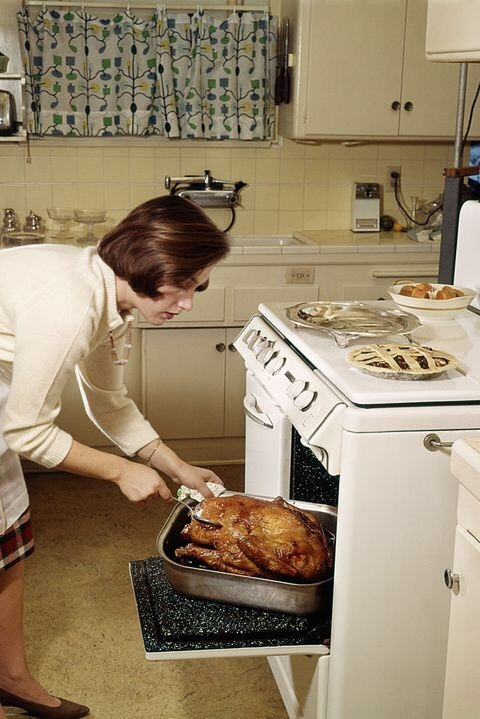 """Это """"простая"""" американская кухня. Каждая американская домохозяйка с укладкой на голове, с накрашенными губами в белой кофточке и обуви на каблуках жарила в духовке целого индюка. Мирович поясняет: """"Типичная кухня американского среднего класса в пятидесятые годы""""."""