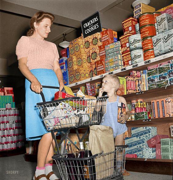 Мирович уверяет, что это снимок обычного американского супермаркета пятидесятых годов, на полках которого есть буквально всё, что в пост-совке появилось только в конце девяностых-начале двухтысячных. Сейчас все это выглядит как распродажа моющих средств. Но по мнению Мировича - это всё очень аппетитно.