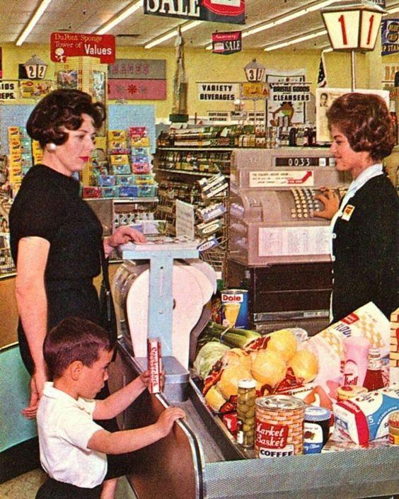 """У обеих женщин на голове укладка и толстый слой лака. Насколько это фото соответствует заголовку """"настоящая жизнь в США"""" - судить читателю."""
