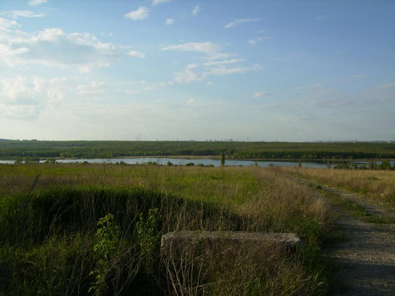 Донецкое море, вдалеке многоэтажки Донецка