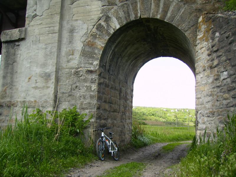 Вблизи видно, как был построен, этот железнодорожный мост, в далеком прошлом