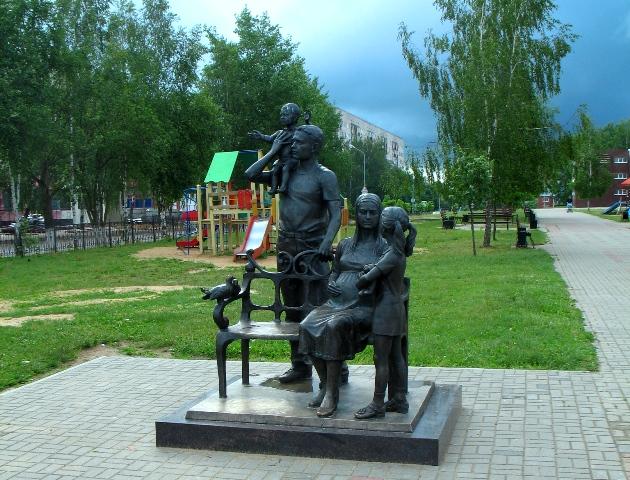 Десногорск 047 памятник семья