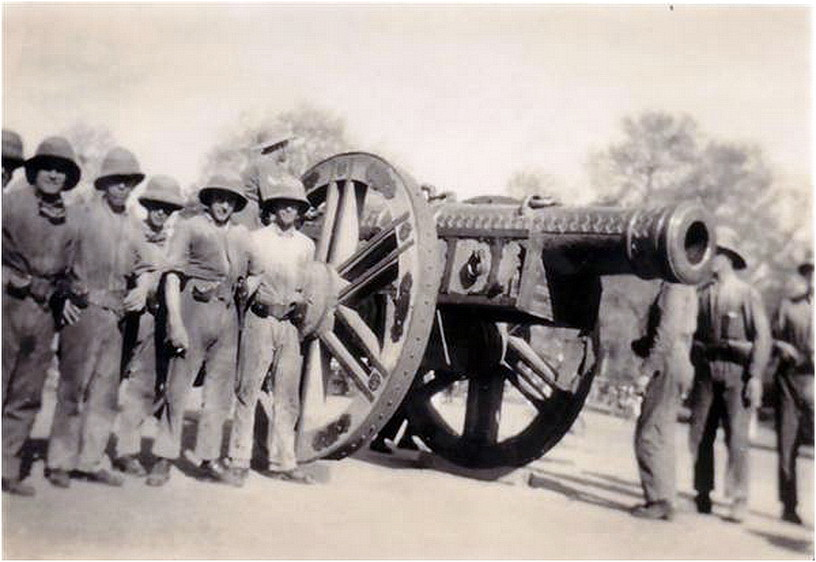 Британские войска позируют перед Kim's Gun в 1930-х годах.jpg