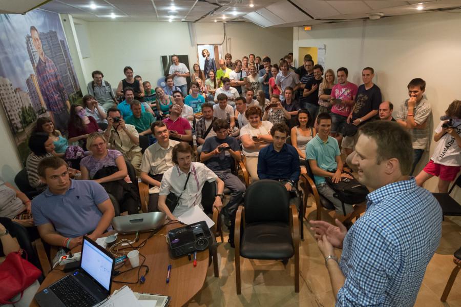Навальный выступает