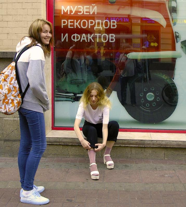 Muzei_recordov1_girl1E+_zatemn9_contrast23_rezko_autocolour_osvet_filtr40_s0chn27_nasysch31_aB