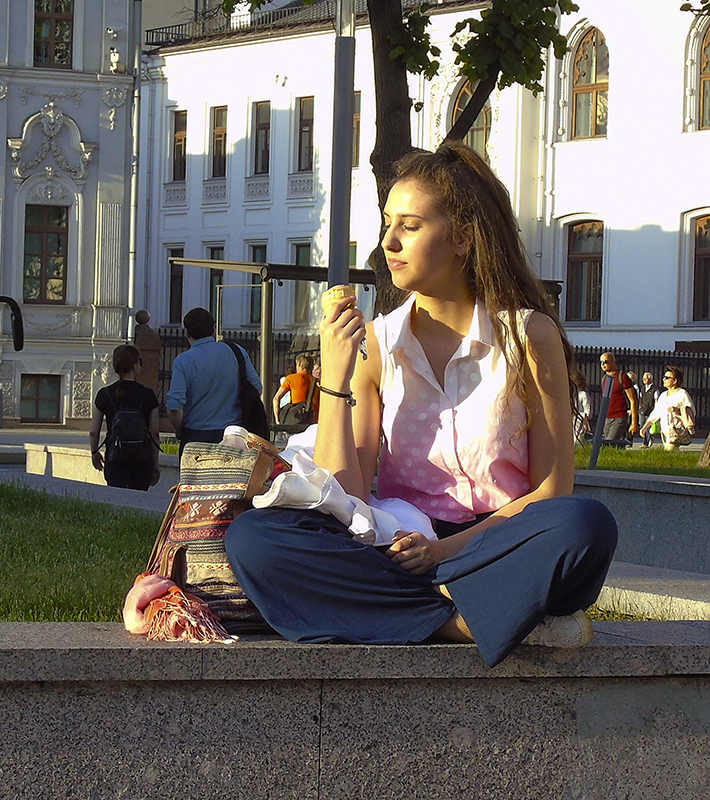 ice-cream_girl1A+_zatemn40_contrast24_autocolour_sochn20_nasysch14_vlevo1_1aB