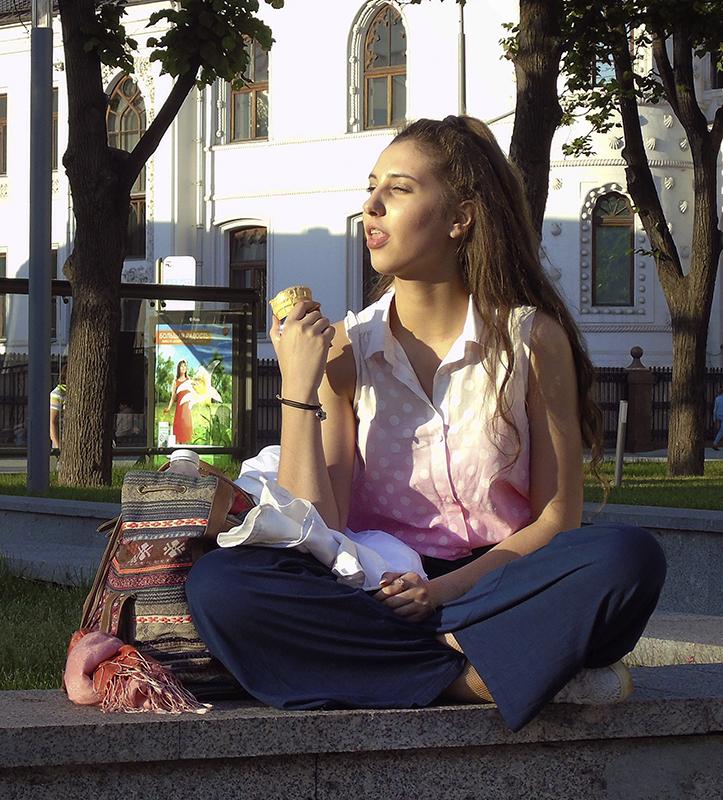 ice-cream_girl1J++_zatemn35_contrast22_autocolour_1aB