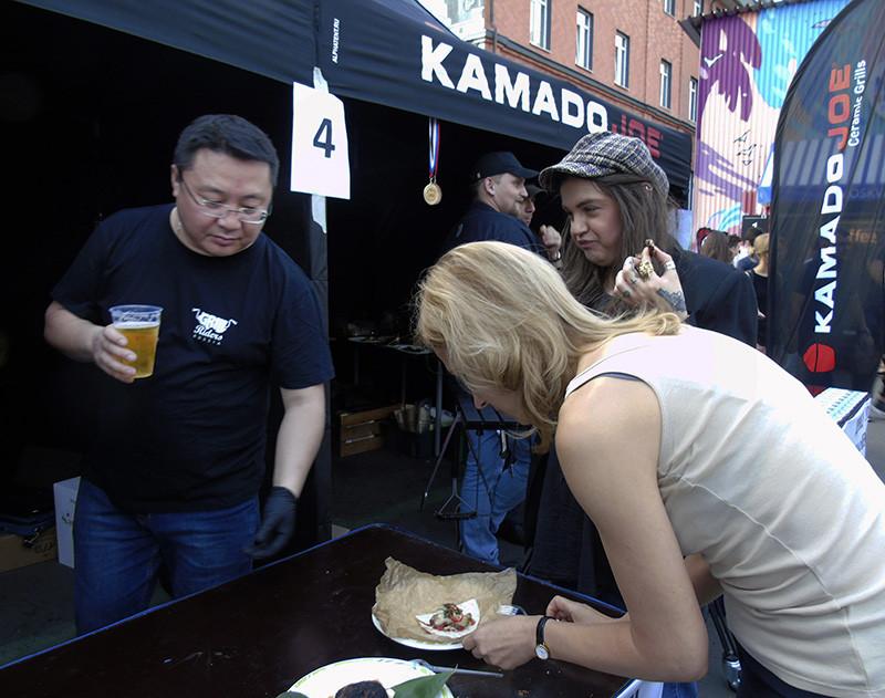 Festival_BBQ3_Ligay2+_girl_eating1C+_aB