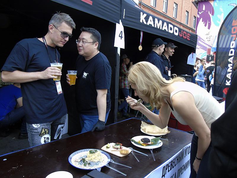 Festival_BBQ3_Ligay2_girl_eating1_aB