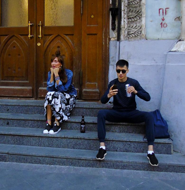 girl_beer_na_stairs1_osvet_aB