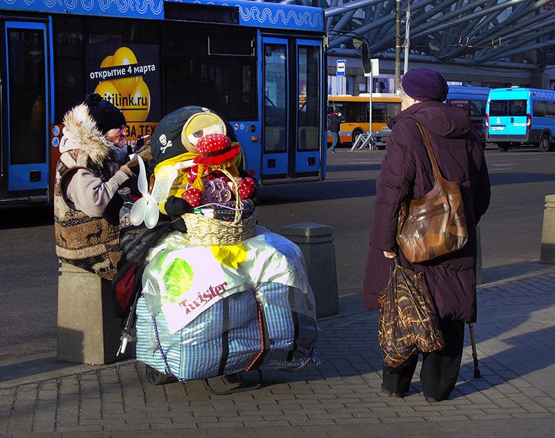 dama_bomzh_s_kukloi2+_vlevo_zatemn92_contrast22_1aB