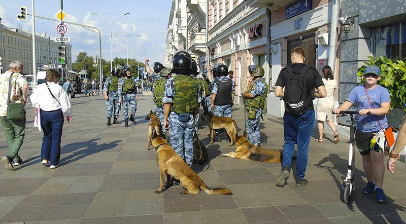 OMON5_u_Chehovskoy1_sherenga2C_dogs1B+_aB
