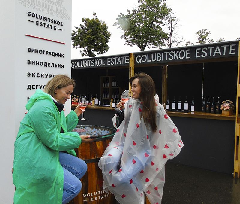 Фестиваль Taste of Moscow в Лужниках, окончание Golubitskoe1_2girls_u_bochki1D+++_osvet_aB