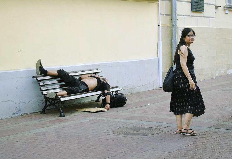 ох, как устал, и как болит нога sleeping2_noga_na_lavke1C+_osv_aB