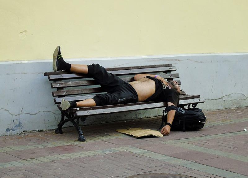 ох, как устал, и как болит нога sleeping2_noga_na_lavke1F+_1_osv_aB