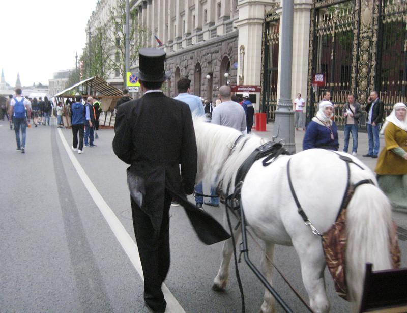 white_horse_i_black_cylinder1_aB