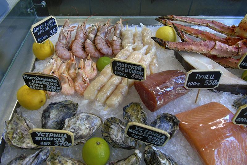 Fishop2_prilavok1_grebeshok_crevettes_oysters_tuna1A_zatemn40_contrast26_rezko_autocolour_osvet_aB