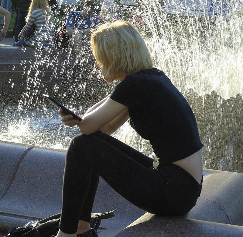 girl_u_fontana1_1_zatemn18_contrast23_rezk_aB