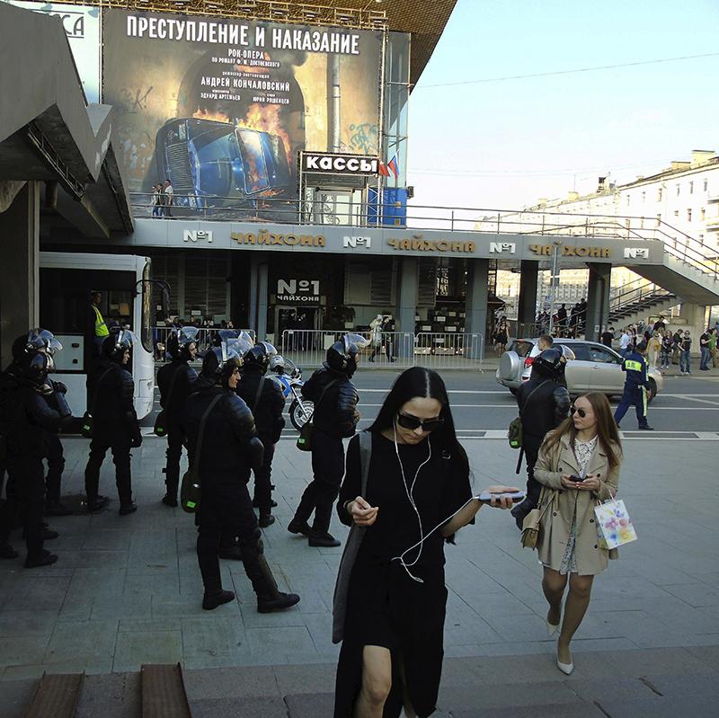 cops_near_stairs_Pushkinsky_skver2_Prestuplenie1_zatemn28_contrast21_osvet_aB