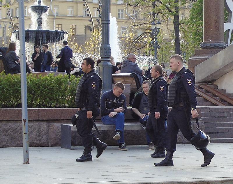 cops_near_stairs_Pushkinsky_skver1_osvetl12_contrast23_rezk_autocolour_1_osvet_aB