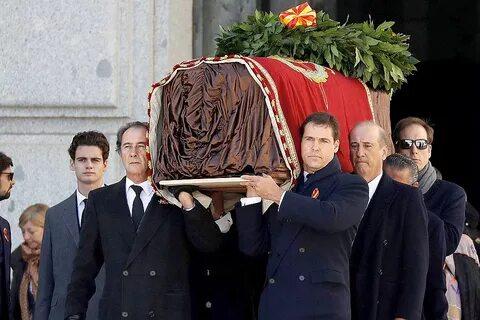 Родственники Франко на руках переносят его гроб из Долины павших