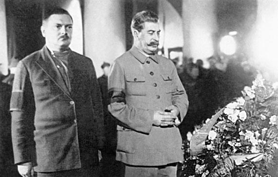 Сталин и Жданов у гроба Кирова убитого в Ленинграде в 1934 году.
