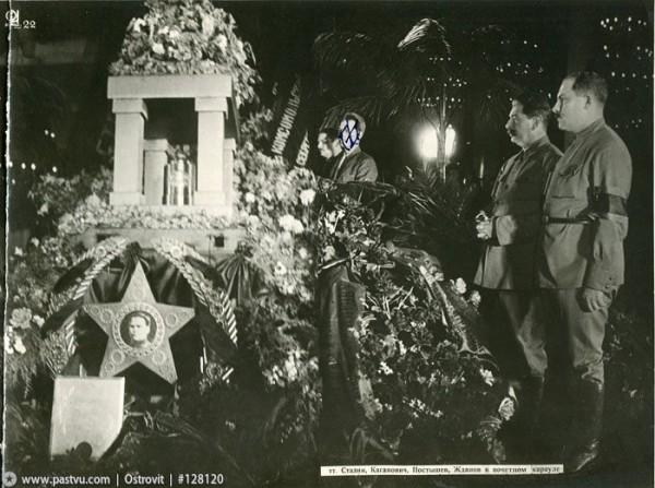 Сталин и Каганович у гроба Кирова 1934 год