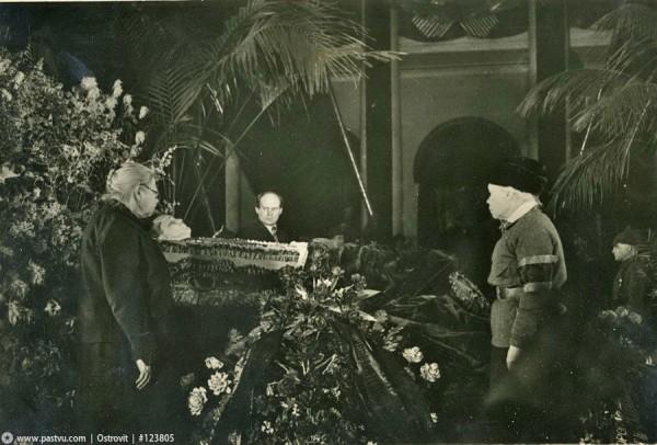 Н.К. Крупская и М.И. Ульянова у гроба С.М. Кирова 1934 год