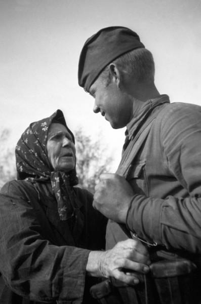 Жительница освобожденного украинского села и советский солдат. 1943