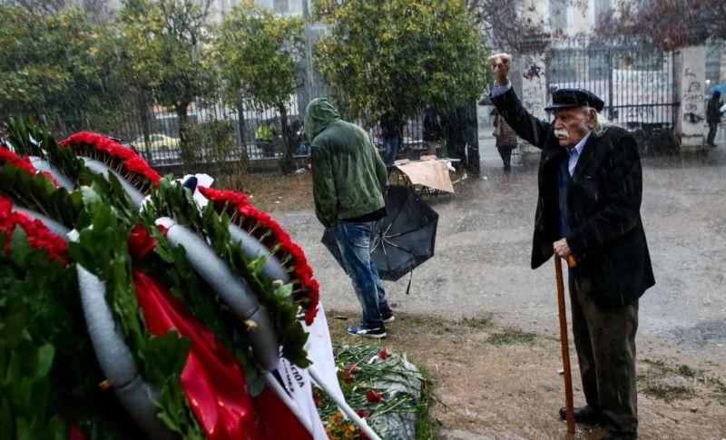 Человек, сорвавший флаг со свастикой с Акрополя