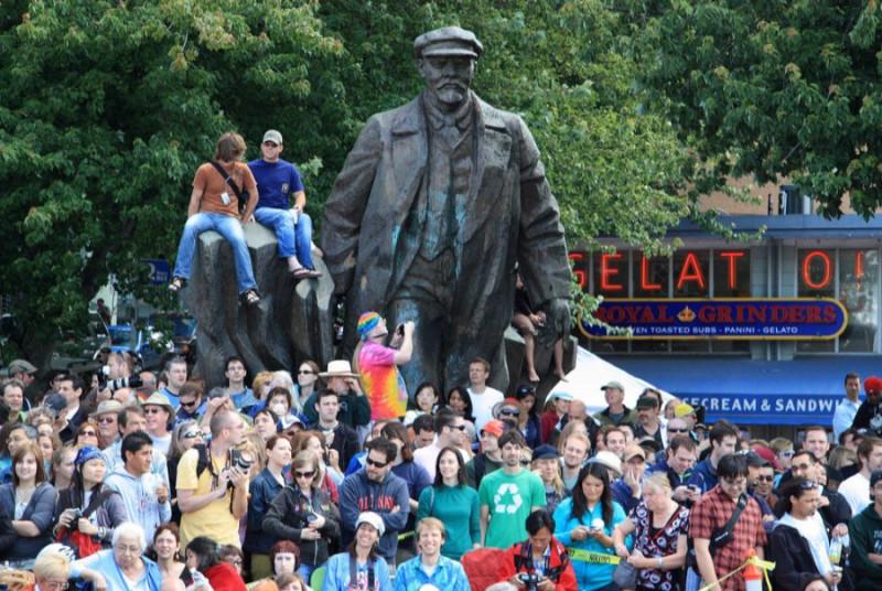 """У нас уже завалили всех """"Лениных"""", а в восставшем Сиэтле стоит привезённый из Словакии Ильич. Не думаю, что тамошние жители молятся на него, но туристы охотно фотографируются возле него."""