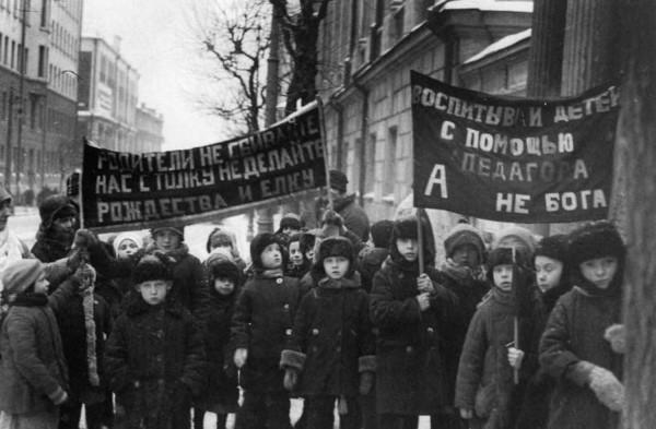 Воспитанники детских садов на антирелигиозной демонстрации. 1929 г. Москва, Бауманский район.