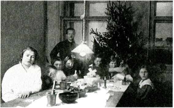 Елка в квартире Кондиайнов на улице Красных Зорь. 1923 год. Из архива семьи Кондиайнов