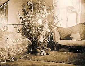 1926 год. Юная Ирина  Крюкова под рождественской ёлкой