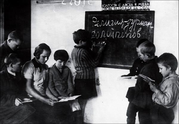 Юные члены коммуны Соцсоревнование готовят антирелигиозные лозунги к Пасхе. 1931 г. Чугуев, Харьковская область