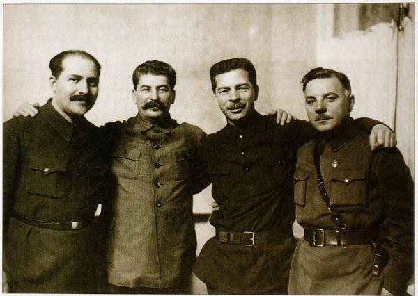 Постышев Павел Петрович. Второй справа, между Ворошиловым и Сталиным.