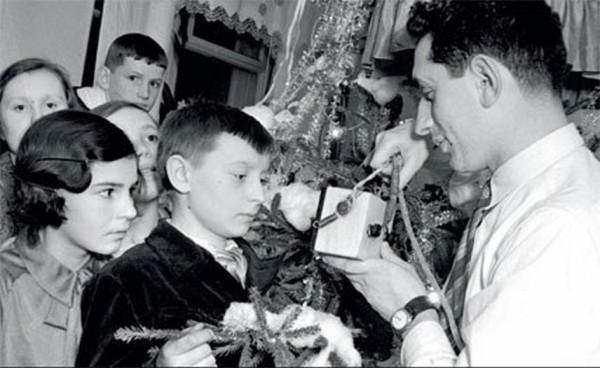 009elka_1936. Сын летчика Бабушкина по радио поздравляет свою семью и всех родителей страны с Новым годом