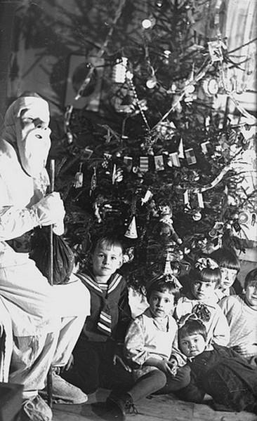 012elka_Дед Мороз с детьми на одной из новогодних елок. Москва, конец 1930-х гг. Автор Я. Берлин.