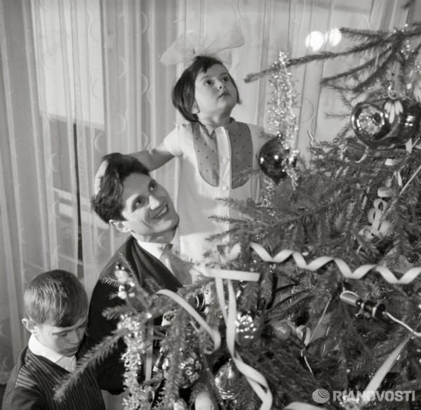 Летчик-космонавт Борис Волынов с детьми у новогодней елки РИА Новости Александр Моклецов