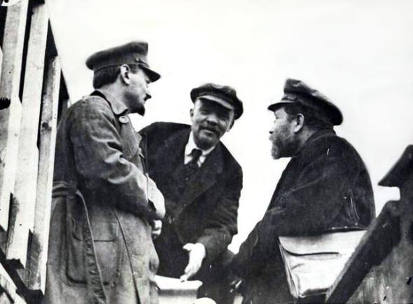 08trockii_Лев Троцкий, Владимир Ленин и Лев Каменев в перерыве работы 2-го съезда III Интернационала, 1920  год