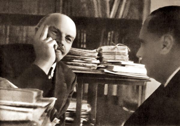 Lo scrittore H.G. Wells con Lenin. Il grande maestro del genere fantascientifico intraprese un viaggio in Russia nel 1921 durante il quale pubblicò vari reportage sul Sunday Express, poi raccolti in un volume dal titolo Sunday Express, tradotto in italiano da Cristina Colla. Vede l'esperimento sovietico