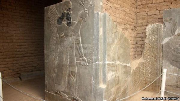 Древний барельеф с изображением одного из ассирийских царей 2012