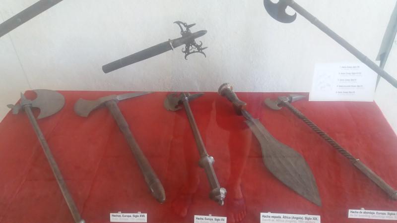 Традиционные европейские рубила в музее-крепости Морро в Гаване, а также одно традиционное африканское рубило (дословно написано «африканский мечетопор»), если верить ярлычку – из Анголы.